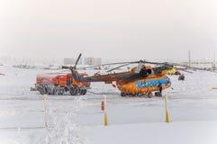 Nya Urengoy, YaNAO, nord av Ryssland Avia för helikopter UTair och Konvers i den lokala flygplatsen på servicen Januari 06, 2016  Arkivbilder