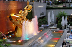 nya USA york 23rd Augusti, 2016 Den guld- Prometheus-statyn Fotografering för Bildbyråer