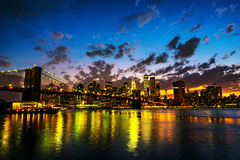 nya USA york Sikt av den Manhattan bron och Manhattan horisont i New York, USA Arkivfoto