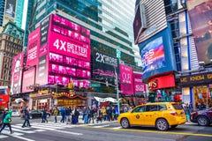 nya USA york Times Squarefolkmassor och trafik i aftonen nära gångtunnelstation Royaltyfria Bilder