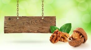 Nya valnötter och träbräde arkivfoto