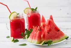 Nya vattenmelonsmoothies med limefrukt och mintkaramellen arkivbild