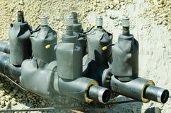 Nya ventiler för säkerhet för rörledning för fjärrvärmesystem som är förberedda i diket Arkivfoto
