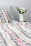 Nya vita blommor som dekorerar ett sovrum Royaltyfria Bilder