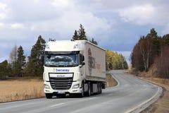 Nya vita DAF Semi Truck på den lantliga huvudvägen Royaltyfri Bild