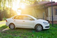 Nya Volkswagen Jetta som parkeras nära landshuset Fotografering för Bildbyråer