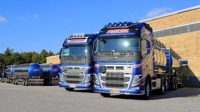 Nya Volvo FH behållarelastbilar på en gård Royaltyfria Bilder
