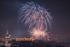 Nya Year's helgdagsaftonfyrverkerier i Bielsko-Biala, Polen arkivbilder