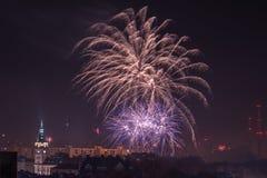 Nya Year's helgdagsaftonfyrverkerier i Bielsko-Biala, Polen arkivfoto
