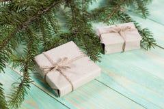 Nya Year& x27; s-gåvor i Kraft papper royaltyfria foton