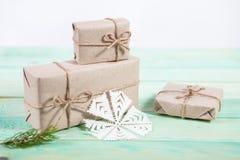 Nya Year& x27; s-gåvor i Kraft papper royaltyfri bild