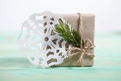 Nya Year& x27; s-gåvor i Kraft papper royaltyfri foto