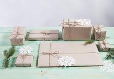 Nya Year& x27; s-gåvor i Kraft papper royaltyfria bilder