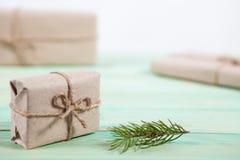 Nya Year& x27; s-gåvor i Kraft papper fotografering för bildbyråer