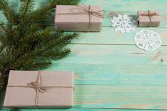 Nya Year& x27; s-gåvor i Kraft papper arkivbild