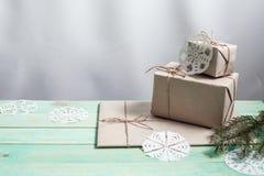 Nya Year& x27; s-gåvor i Kraft papper arkivbilder
