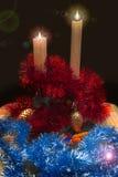 Nya Year& x27; s-leksaker och prydnader på julgranen skiner, vaxar stearinljus arkivfoton