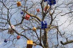 Nya Year& x27; s-prydnader på ett träd Arkivfoto