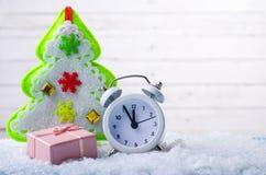 Nya Year& x27; s-sammansättning: klocka, julgran och en gåva i Royaltyfria Foton