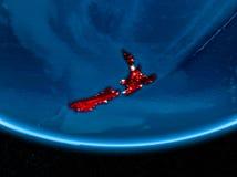Nya Zeeland på planetjord från utrymme på natten Arkivbilder