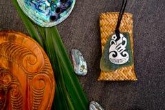 Nya Zeeland - themed objekt för maori - pendan metall och greenstone Royaltyfri Bild