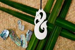 Nya Zeeland - themed objekt för maori - sniden benhänge med sh Royaltyfria Bilder