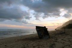 Nyang-nyang海滩和一些残破的土气海难在云彩期间 库存图片
