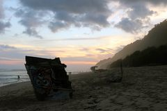 Nyang-nyang海滩和一些残破的土气海难在云彩期间 免版税库存照片
