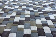 Nyanserade tegelplattatexturstenar kvadrerar, tegelsten avmaskar på gångbanan Royaltyfri Foto