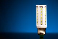 Nyast LEDD ljus kula på blått Royaltyfri Bild