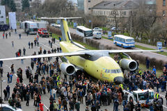 Nyast transportflygplan Antonov An-178 bogseras till flygfältet för flygprovet, April 16, 2015 Royaltyfri Bild