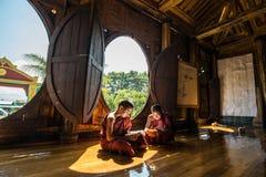 NYAUNGSHWE, MYANMAR - 5. OKTOBER 2014: Myanmar-Anfänger, der herein das Buch im Kloster Shwe Yaunghwe Kyaung der große Fenstertem Lizenzfreie Stockfotografie