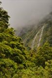 Nyazeeländska vattenfall nära Homer Tunnel Arkivbild
