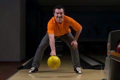Nybörjare som siktar till bowlingben Royaltyfri Fotografi