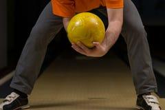 Nybörjare som siktar till bowlingben Royaltyfria Foton