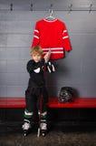 Nybörjarehockeyspelare som får klar Arkivfoto