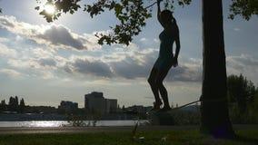 Nybörjarelindansaren gör första steg stock video