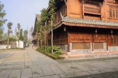 Nybyggd timmer inramade byggnader i lilla staden, Kina Royaltyfria Foton