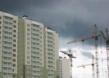 Nybygge med byggnadskranen Arkivbilder