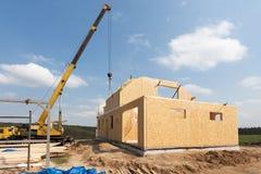 Nybyggnad av ett hus/inramade nybyggnad av ett hus/byggande av ett nytt hus från jordningen upp Royaltyfri Bild
