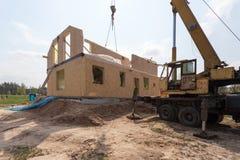 Nybyggnad av ett hus/inramade nybyggnad av ett hus/byggande av ett nytt hus från jordningen upp Arkivbild