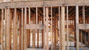 Nybyggnad av ett hus inramade upp nybyggnad av en husbyggnad jordningen stock video