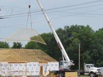 Nybyggnad av ett tak med kranen Royaltyfri Bild