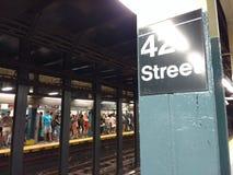 NYC地铁,在第42条街道, NYC, NY,美国的拥挤平台 免版税库存照片