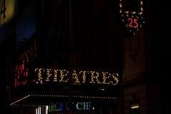 NYC夜间被点燃的标志的剧院 库存照片