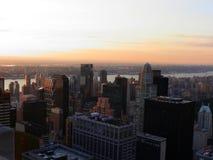 NYC大厦观看反对橙色天空 免版税图库摄影