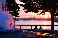 NYC桃红色哈得逊河与朋友的夏天日落 库存图片