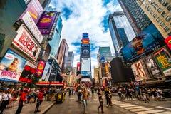 NYC的繁忙的时代广场 地方是著名的作为步行者和一个偶象地标的世界` s最繁忙的地方在曼哈顿,美国 库存图片