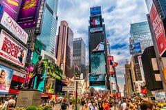 NYC的繁忙的时代广场 地方是著名的作为步行者和一个偶象地标的世界` s最繁忙的地方在曼哈顿 库存图片