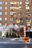NYC的通入蒸汽的街道 免版税库存图片